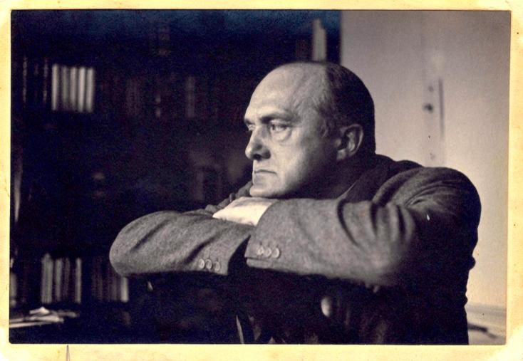 """Max Beckmann, New York, 1950  (vor Dem Bild G. 809 """"Abstürzender"""" 1950) Foto: Charlotte Weidler"""