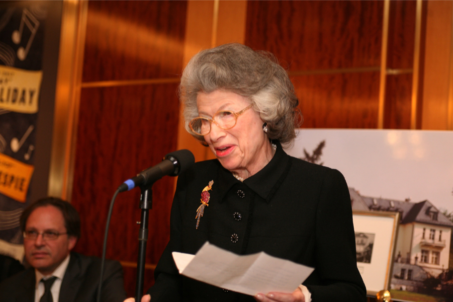 Anna-Maria Kellen speaking at the 2006 Carnegie Hall gala (Photo: Michael Dames)