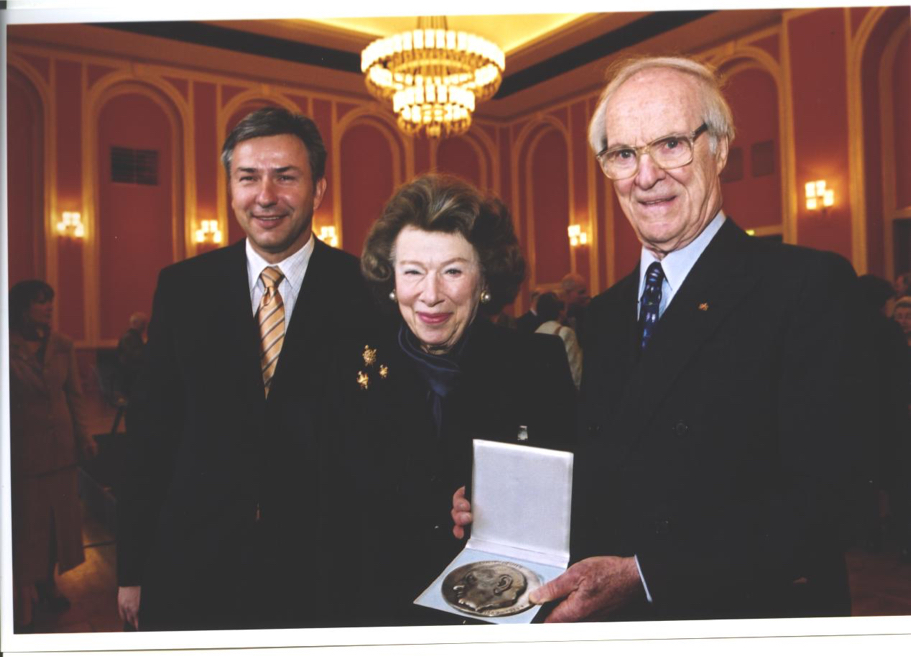 Stephen and Anna-Maria Kellen with Berlin mayor Klaus Wowereit, May 2002 (Photo: Mike Minehan)