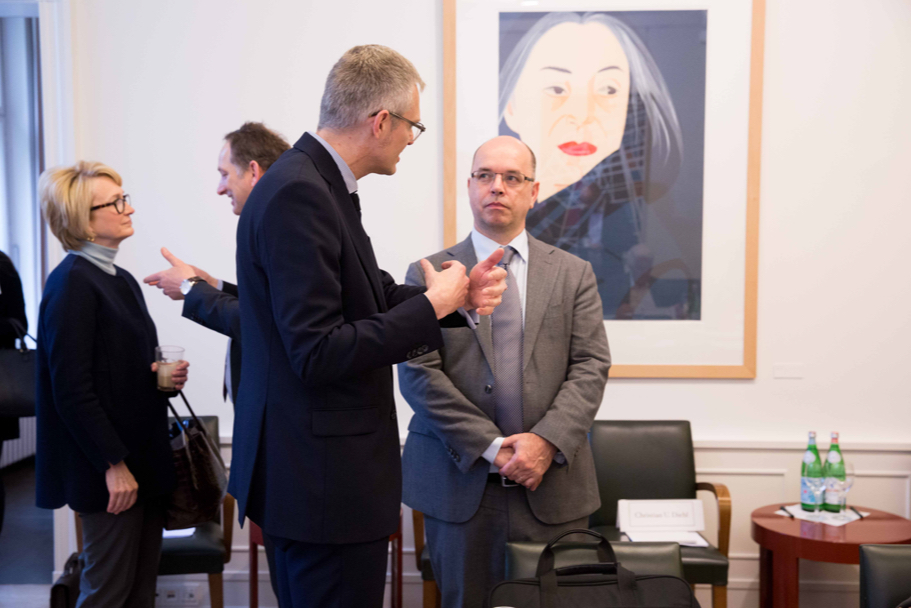 Olaf Schulz, head of government relations Europe and Middle East Africa (MEA) at Nokia, speaks with Ulrich Speck, senior research fellow at the Brussels office of the Elcano Royal Insitute. (Photo: Annette Hornischer)