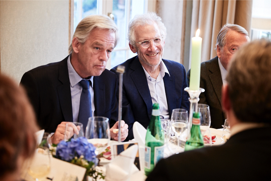 Jan Oelmann (L), photographer and Academy alumnus Mitch Epstein, and Arend Oetker (R), at the Max Beckmann dinner, April 26, 2017. (Photo: Ralph K. Penno)