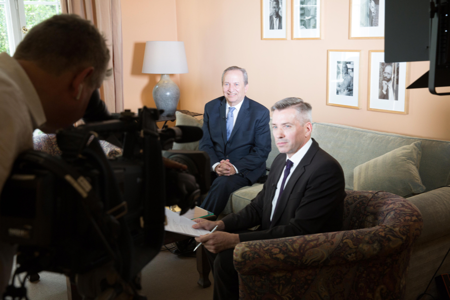 Germany bureau chief of Bloomberg News Chad Thomas interviews Lawrence H. Summers before his laudation at the 2017 Henry A. Kissinger Prize. Photo: Annette Hornischer