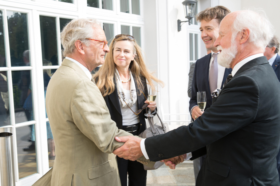 Bernd Schultz of Villa Grisebach shaking hands with Richard Gaul, a senior counselor of the American Academy. Photo: Annette Hornischer