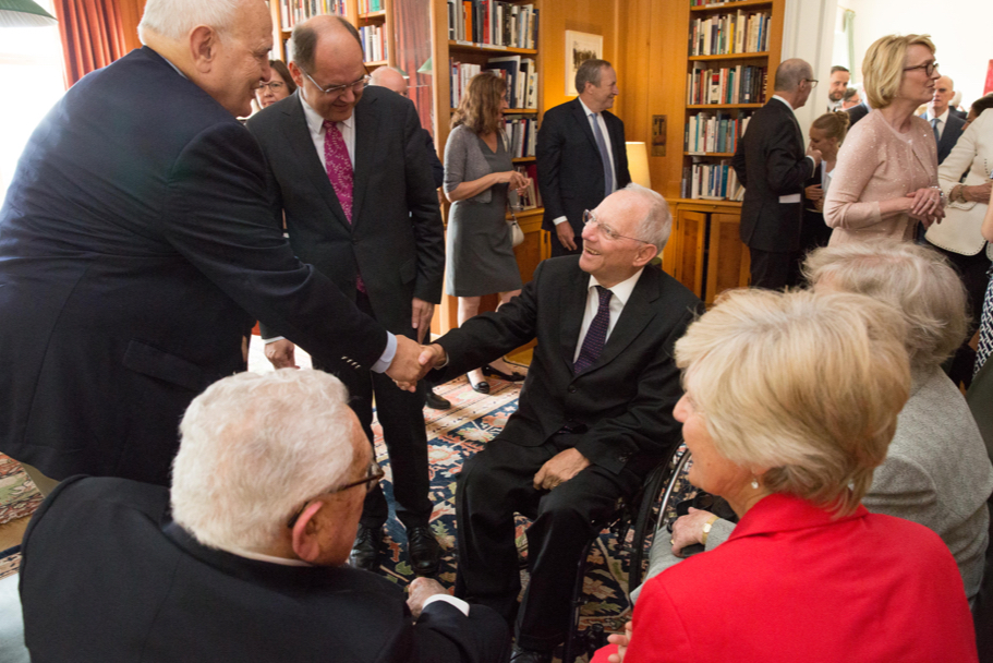 Minister of Finance Wolfgang Schäuble speaks with guests in the Academy library. Photo: Annette Hornischer