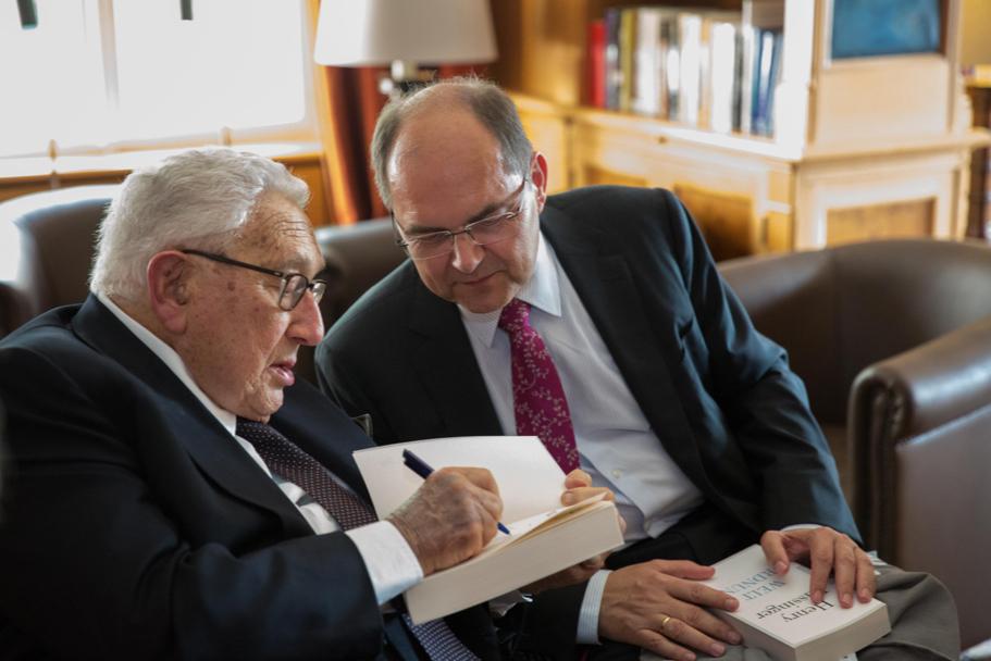 Henry Kissinger speaks with Minister Christian Schmidt. Photo: Annette Hornischer