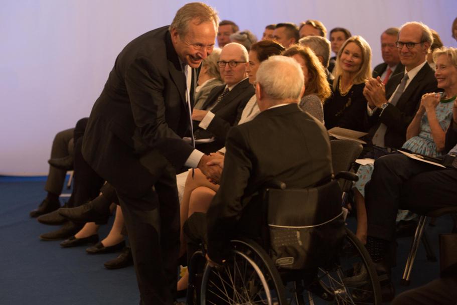 Lawrence H. Summers congratulates Wolfgang Schäuble. Photo: Annette Hornischer