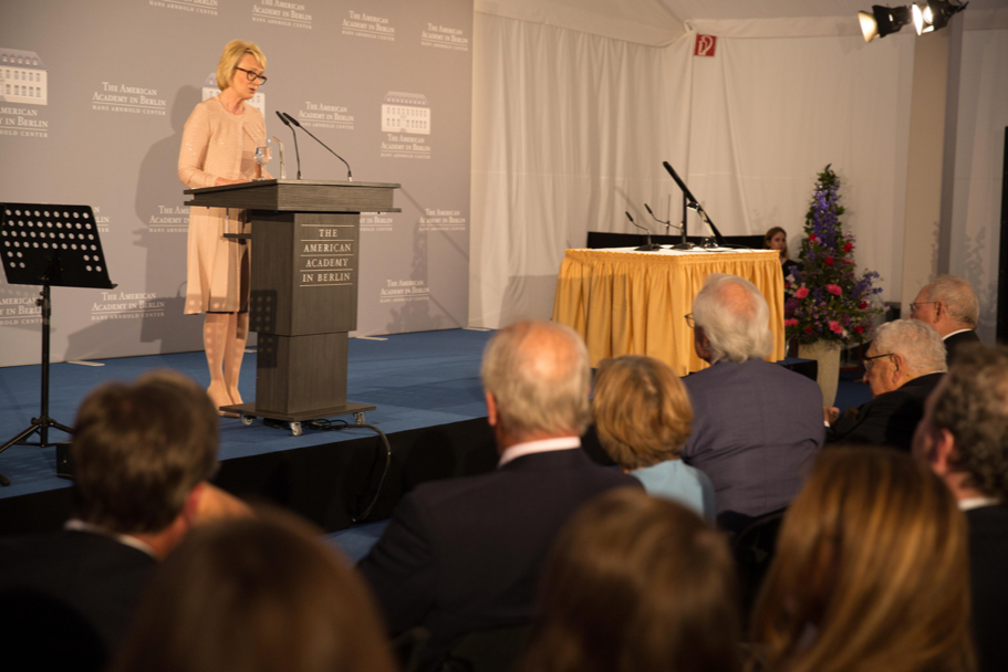 Academy chairman Gahl Hodges Burt reads the citation for Minister Schäuble. Photo: Annette Hornischer