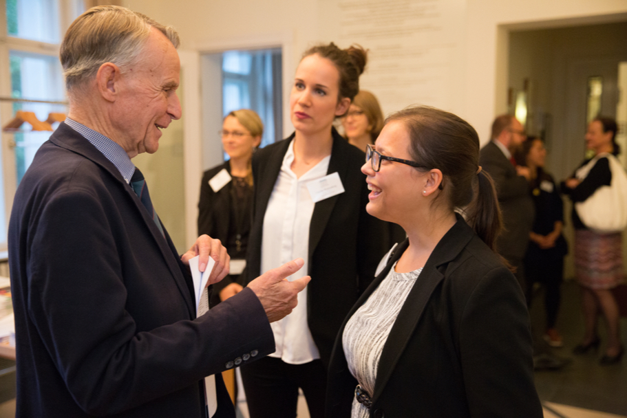 Hans-Ulrich Klose speaks with Lena Ringleb (R), of the American Academy's public and economic policy program, and Carolin Wattenberg, of the Robert Bosch Stiftung. Photo: Annette Hornischer