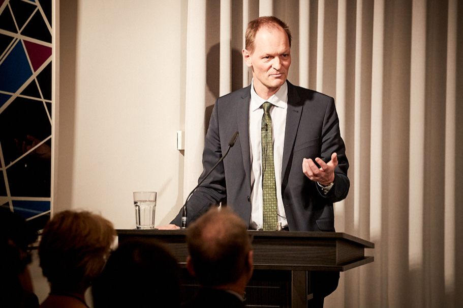 Thomas Bagger, Director-General for Foreign Affairs, Office of the President of the Federal Republic of Germany, introduces the evening and panelists. Photo: Ralph K. Penno