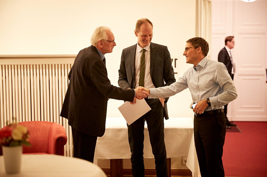 Constitutional scholar Dieter Grimm, permanent fellow of the Wissenschaftskolleg zu Berlin, greets moderator Thomas Bagger, Director-General for foreign affairs in the office of the President of the Federal Republic of Germany; and Derek Chollet, Executive Vice President of the German Marshall Fund. Photo: Ralph K. Penno