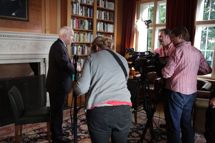 Senator John McCain in the library of the American Academy in Berlin with TV crew. Photo: Annette Hornischer