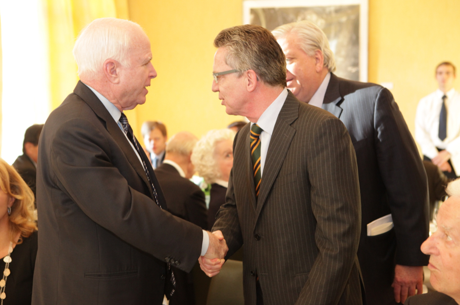 Senator John McCain greets fellow laudator and then-German minister of defense Thomas de Maizière. Photo: Annette Hornischer