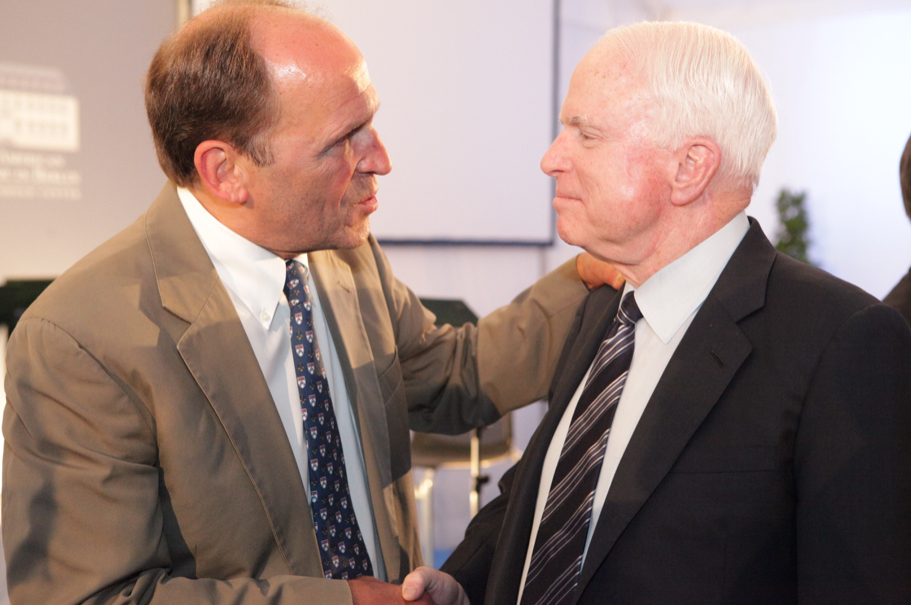 American Academy in Berlin co-secretary Stephen Burbank speaks with John McCain at the 2013 Henry A. Kissinger Prize. Photo: Annette Hornischer