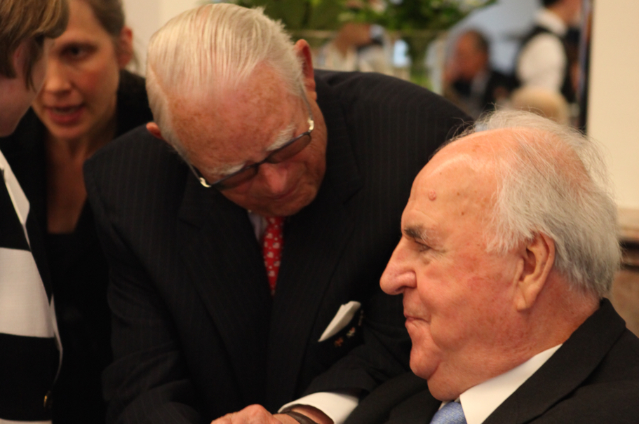 Erivan Haub speaks with Helmut Kohl at the dinner for the 2011 Henry A. Kissinger Prize. Photo: Annette Hornischer