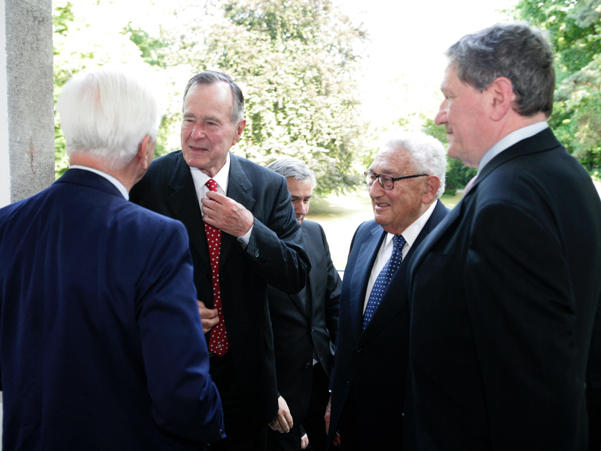 George H.W. Bush and Henry A. Kissinger arrived at the American Academy in Berlin in 2008, greeted by Richard von Weizsäcker and Richard C. Holbrooke. Photo: Annette Hornischer