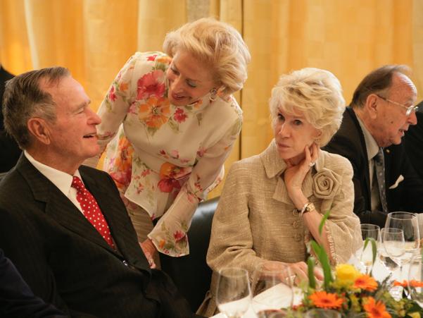 George H.W. Bush speaks with Academy trustee Nina von Maltzahn and Sue Timkin, the wife of then-US ambassador to Germany. Photo: Annette Hornischer