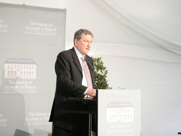Richard C. Holbrooke, founder of the American Academy in Berlin, delivers the laudation at the 2008 Henry A. Kissinger Prize, honoring George H.W. Bush. Photo: Annette Hornischer