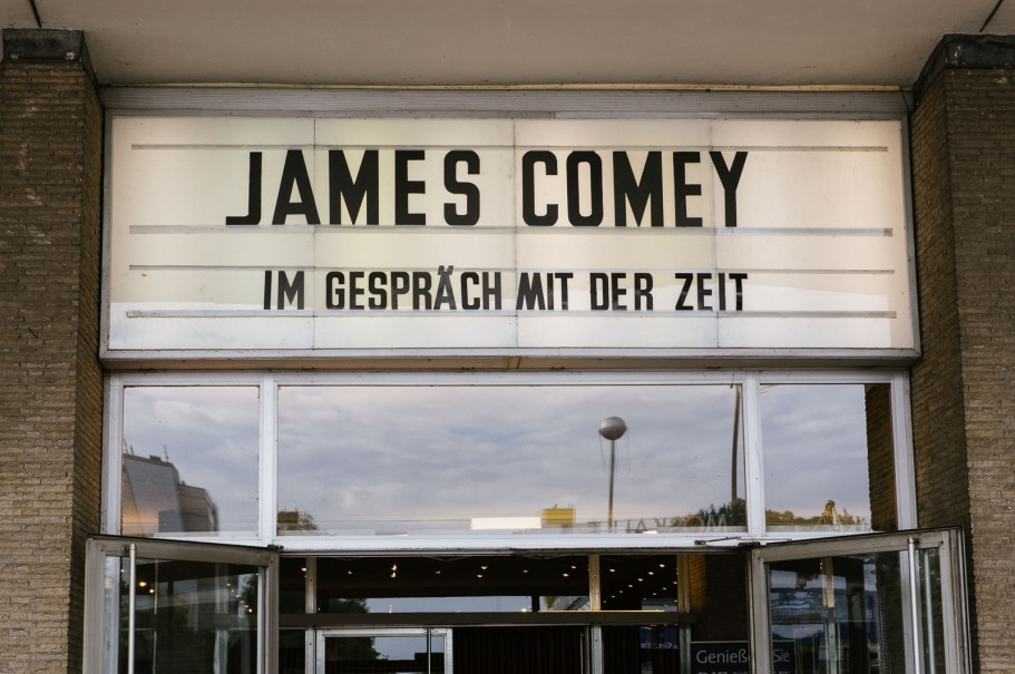 Former FBI director James Comey spoke with journalist Holger Stark about his new book on June 19, 2018, at Kino Internationl in a joint event of DIE ZEIT, Droemer, and the American Academy in Berlin. (Photo: DIE ZEIT / Phil Dera)