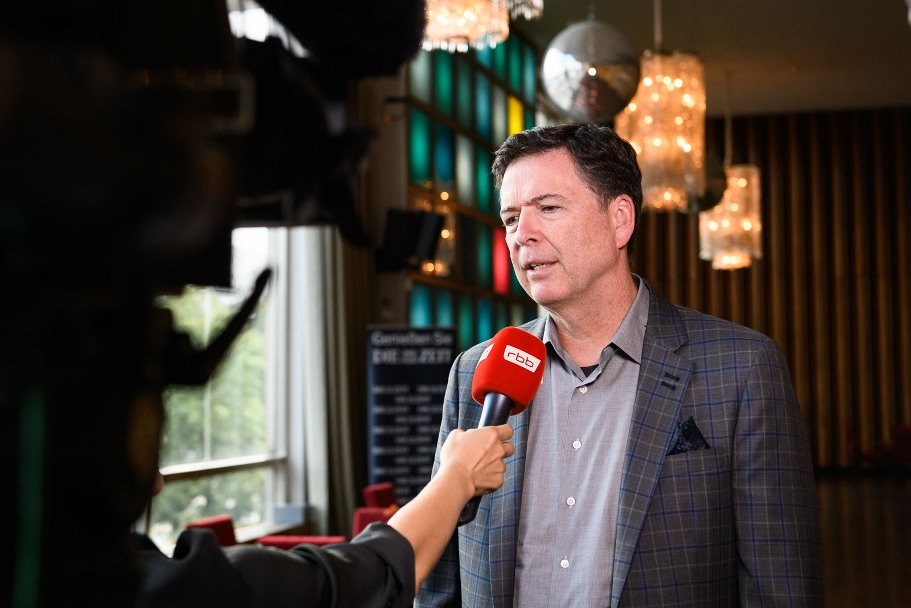 James Comey speaks with a reporter from RBB. (Photo: DIE ZEIT / Phil Dera)