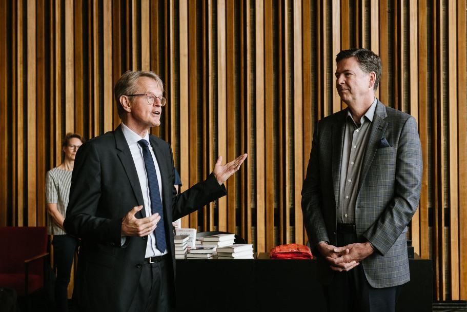 Academy trustee Stefan von Holtzbrinck and James Comey. (Photo: DIE ZEIT / Phil Dera)