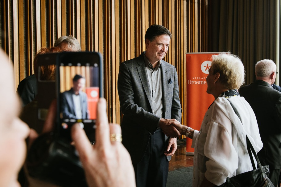 James Comey shakes hands with a member of the audience at Kino International on Tuesday, June 19, 2018. (Photo: DIE ZEIT / Phil Dera)