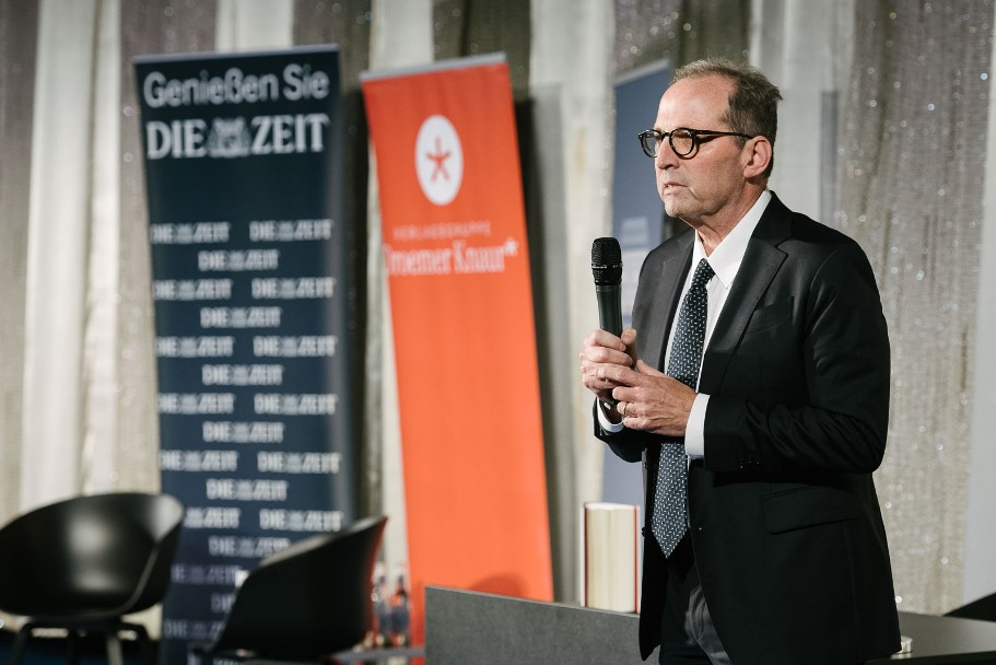 American Academy president Michael P. Steinberg introduces the evening with James Comey and Holger Stark. (Photo: DIE ZEIT / Phil Dera)